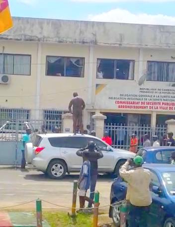 NON, le Commissaire du 9ème arrondissement de Douala ne s'est pas donné en spectacle tout nu devant son unité de police