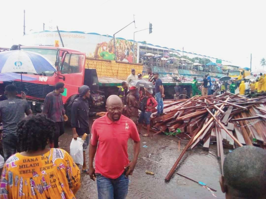 Non, le camion de planches qui s'est renversé au carrefour Ndokoti (Douala) n'a pas fait de mort